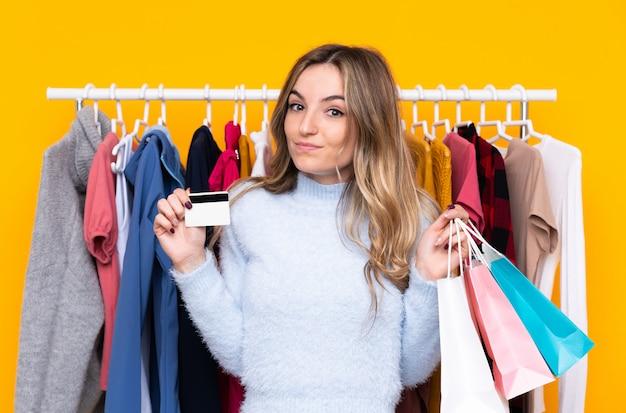 Jeune, femme, habillement, magasin, tenue, crédit, carte, achats, sacs