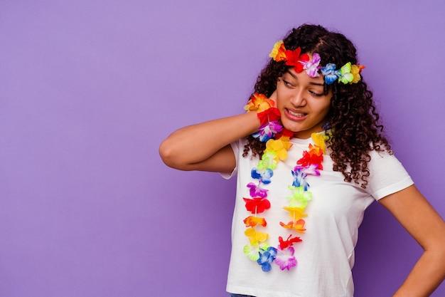 Jeune femme hawaïenne isolée sur fond violet touchant l'arrière de la tête, pensant et faisant un choix.