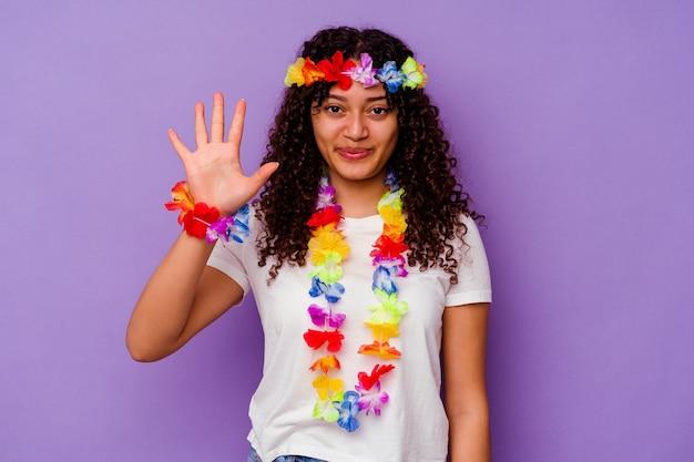 Jeune femme hawaïenne isolée sur violet souriant joyeux montrant le numéro cinq avec les doigts.