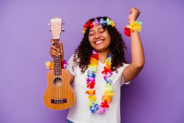 Jeune femme hawaïenne jouant du ukelele isolé sur fond violet
