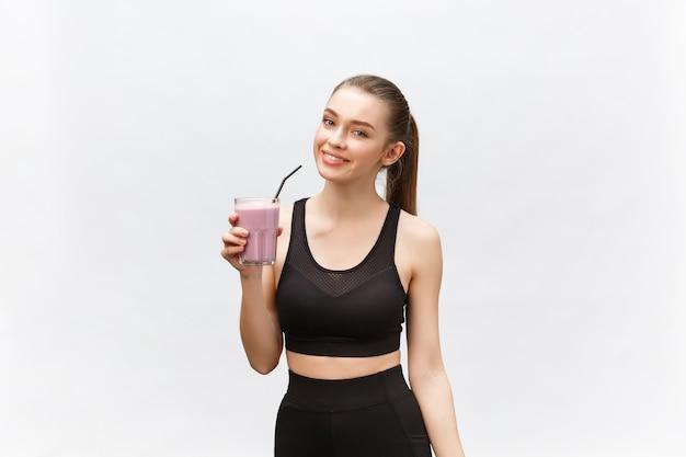 Jeune femme heureuse avec une alimentation saine secouer pour le sport et la remise en forme.
