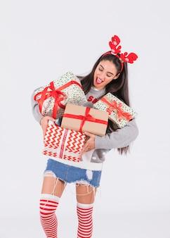 Jeune femme heureuse avec bandeau en bois de cerf rouge et boîtes à cadeaux
