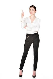 Jeune femme heureuse avec une bonne idée de signe en chemise blanche -. portrait complet