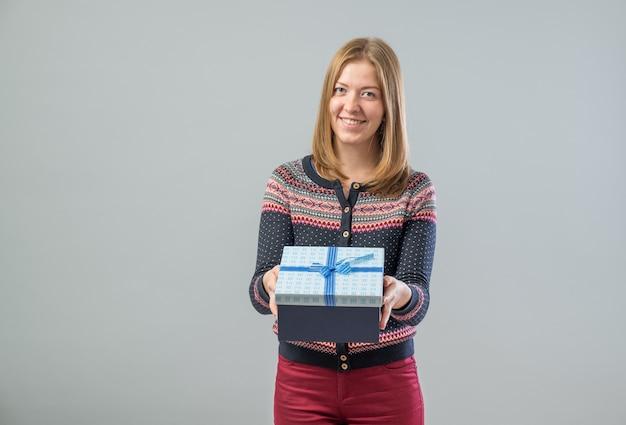 Jeune femme heureuse avec un cadeau