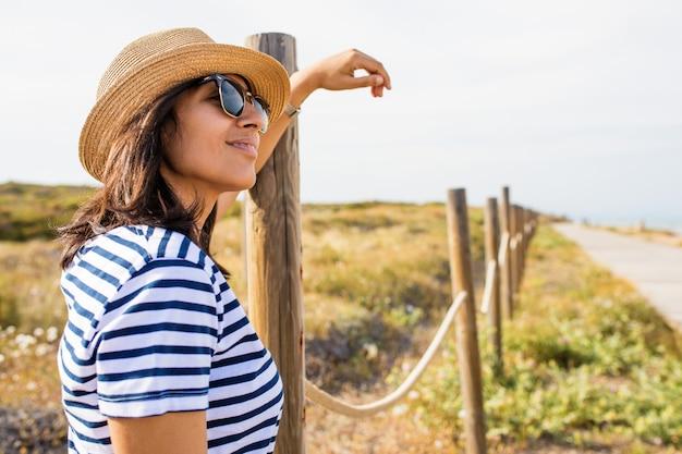 Jeune femme heureuse à la campagne