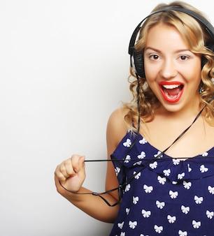 Jeune femme heureuse avec un casque d'écoute de musique