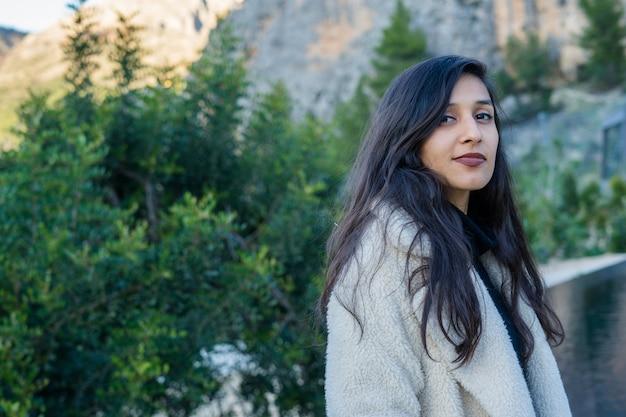 Jeune femme heureuse dans la nature