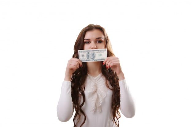 Jeune femme heureuse avec des dollars en main. isolé .