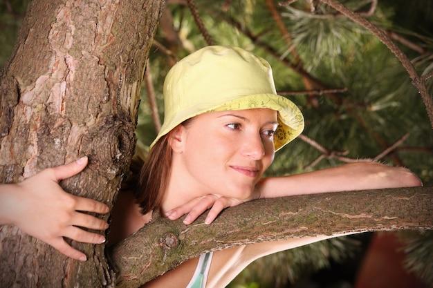 Une jeune femme heureuse passant du temps dans la nature