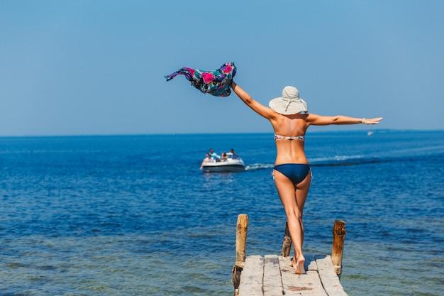 Jeune femme heureuse posant sur une poire.