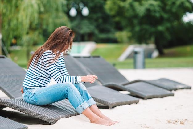 Jeune femme heureuse près du lac au chaud jour d'automne