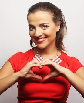 Jeune femme heureuse en robe rouge