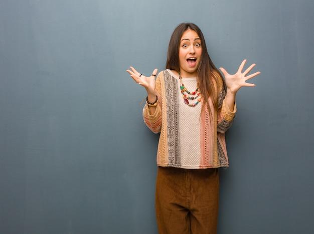 Jeune femme hippie célébrant une victoire ou un succès