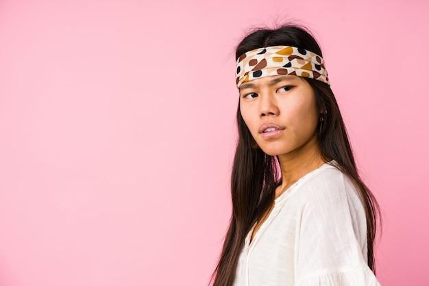 Jeune femme hippie chinoise isolée