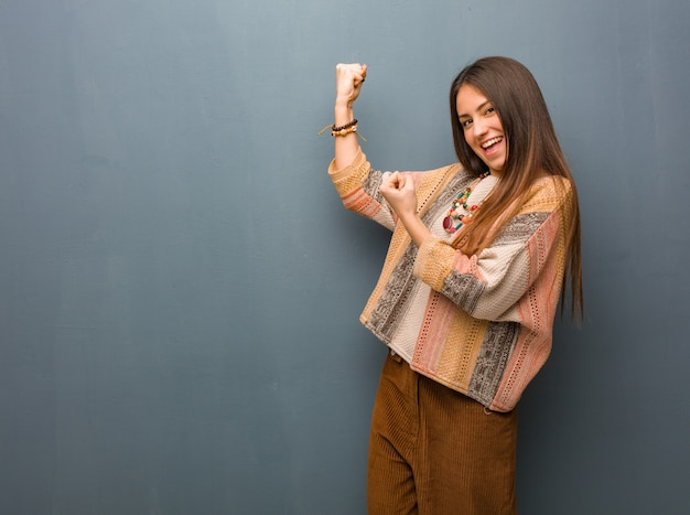 Jeune femme hippie qui ne se rend pas