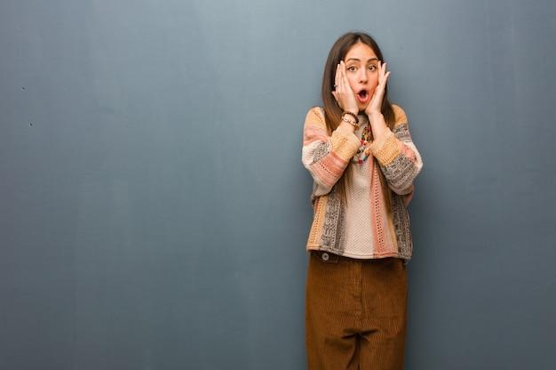 Jeune femme hippie surprise et choquée
