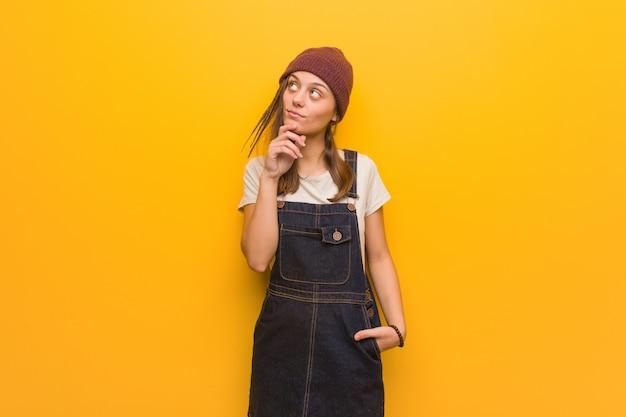 Jeune femme hipster doutant et confus