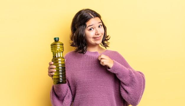 Jeune femme hispanique à l'air arrogante, réussie, positive et fière. concept d'huile d'olive
