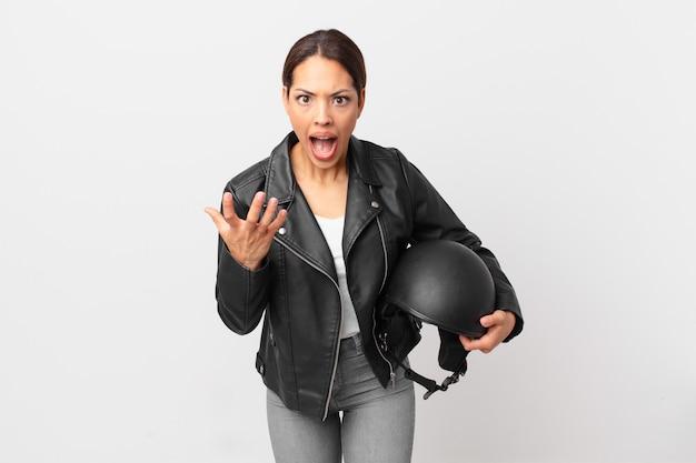 Jeune femme hispanique à la colère, agacée et frustrée. concept de motard