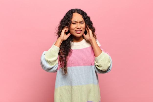 Jeune femme hispanique à la colère