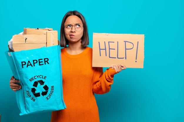 Jeune femme hispanique. concept de recyclage