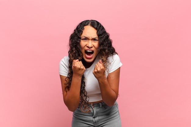 Jeune femme hispanique criant agressivement avec agacé