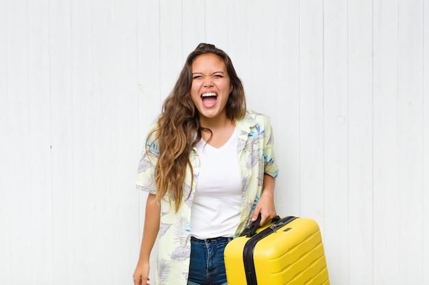 Jeune femme hispanique criant agressivement, à la très en colère, frustré, indigné ou agacé, crier non