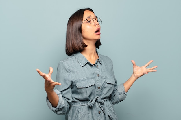 Jeune femme hispanique effectuant l'opéra ou chantant lors d'un concert ou d'un spectacle, se sentant romantique, artistique et passionné
