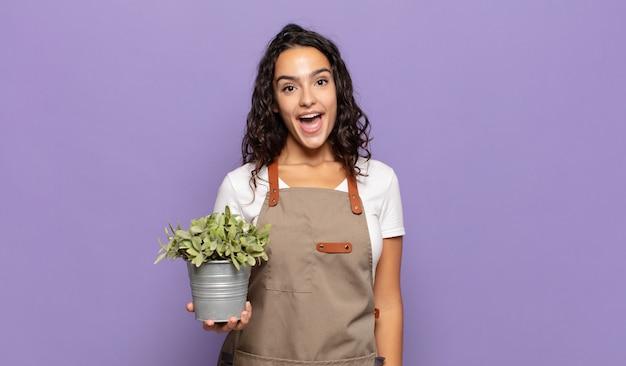 Jeune femme hispanique à la heureux et agréablement surpris, excité par une expression fascinée et choquée