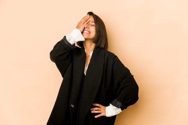 Jeune femme hispanique isolée en riant émotion heureuse, insouciante et naturelle.