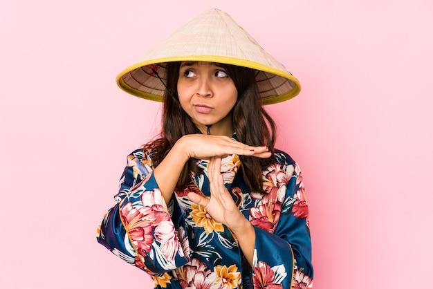 Jeune femme hispanique métisse isolée montrant un geste de temporisation.