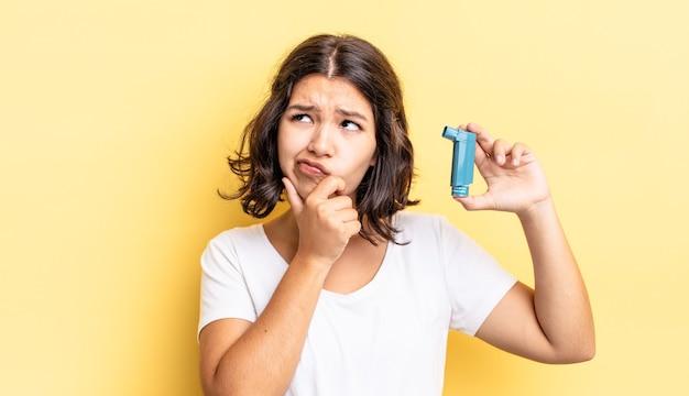 Jeune femme hispanique pensant, se sentant dubitative et confuse. notion d'asthme
