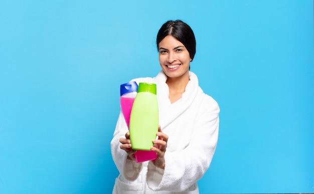 Jeune femme hispanique avec des produits de nettoyage et de soin du visage