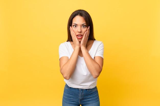 Jeune femme hispanique se sentant choquée et effrayée