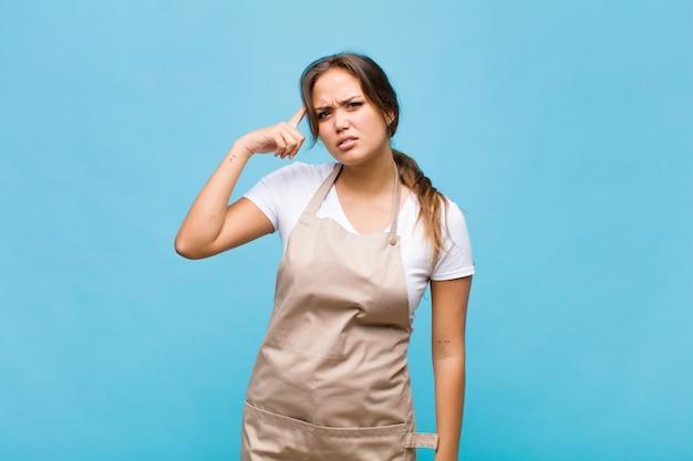 Jeune femme hispanique se sentant confus et perplexe