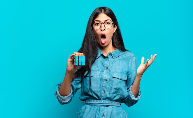 Jeune femme hispanique se sentant extrêmement choquée et surprise, anxieuse et paniquée, avec un regard stressé et horrifié. concept de problème de renseignement