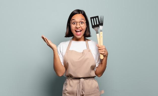 Jeune femme hispanique se sentant heureuse, surprise et joyeuse, souriant avec une attitude positive, réalisant une solution ou une idée