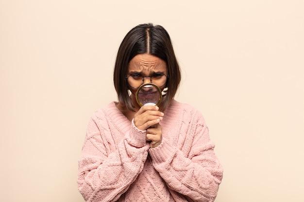 Jeune femme hispanique se sentant inquiète