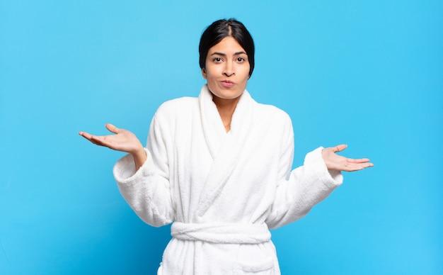 Jeune femme hispanique se sentant perplexe et confuse