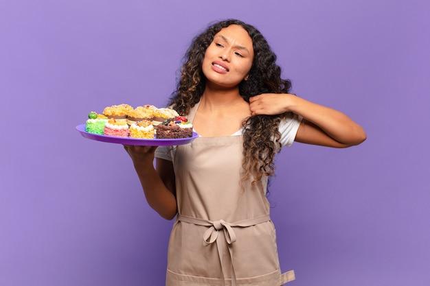 Jeune femme hispanique se sentant stressée, anxieuse, fatiguée et frustrée, tirant le cou de la chemise, semblant frustrée par le problème. concept de gâteaux de cuisson