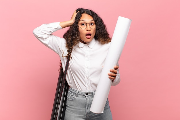 Jeune femme hispanique se sentant stressée, inquiète, anxieuse ou effrayée, les mains sur la tête, paniquée par erreur
