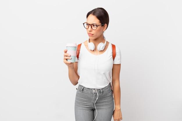 Jeune femme hispanique se sentant triste, contrariée ou en colère et regardant sur le côté. concept d'étudiant