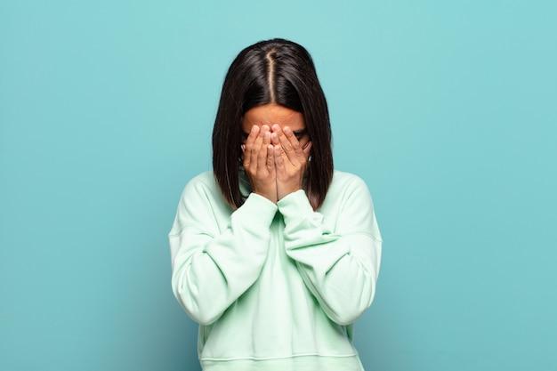 Jeune femme hispanique se sentant triste, frustrée, nerveuse et déprimée
