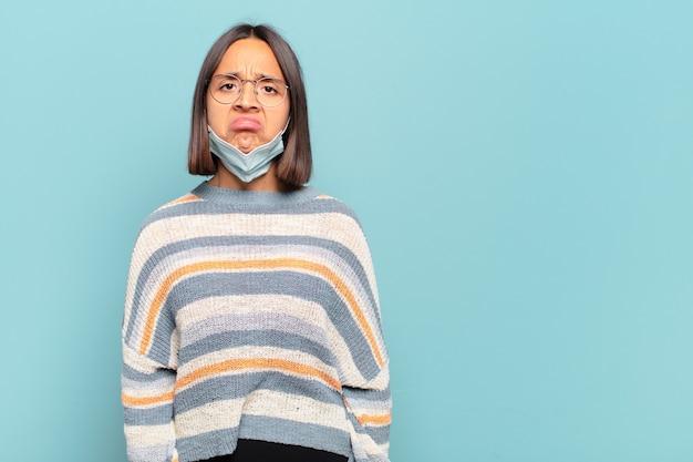 Jeune femme hispanique se sentant triste et pleurnichard avec un regard malheureux, pleurant avec une attitude négative et frustrée