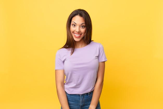 Jeune femme hispanique semblant heureuse et agréablement surprise