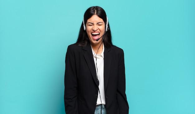 Jeune femme hispanique de télévendeur criant agressivement