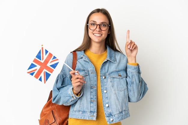 Jeune femme hispanique tenant un drapeau du royaume-uni sur fond blanc isolé pointant vers le haut une excellente idée