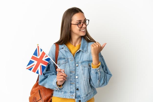 Jeune femme hispanique tenant un drapeau du royaume-uni isolé