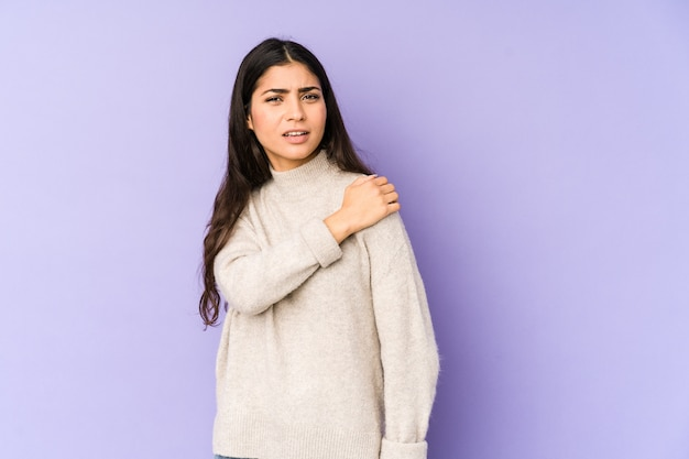 Jeune femme indienne ayant une douleur à l'épaule.