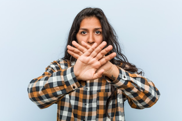 Jeune femme indienne cool faisant un geste de déni